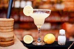 El primer de la bebida del cóctel de Margarita sirvió frío en barra y casino foto de archivo
