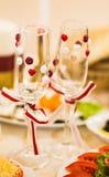 El primer de la boda adornó los vidrios del champán en la tabla Imagenes de archivo