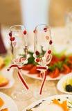 El primer de la boda adornó los vidrios del champán en la tabla Fotos de archivo