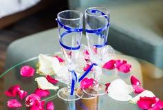 El primer de la boda adornó los vidrios del champán en la tabla Foto de archivo