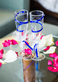 El primer de la boda adornó los vidrios del champán en la tabla Fotografía de archivo libre de regalías