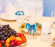 El primer de la boda adornó los vidrios del champán en la tabla Fotos de archivo libres de regalías