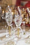 El primer de la boda adornó los vidrios del champán en la tabla Imagen de archivo libre de regalías