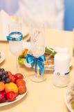 El primer de la boda adornó los vidrios del champán en la tabla Imágenes de archivo libres de regalías