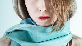 El primer de la cara de la mujer hermosa con una bufanda Imagen de archivo libre de regalías