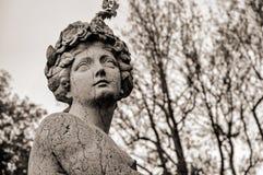 El primer de la cara femenina esculpe en mármol en un día melancólico nublado en el lago de Como Fotos de archivo