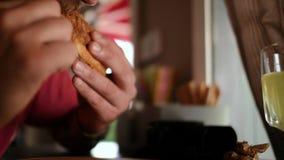 El primer de la hamburguesa del bocadillo en las manos de un hombre, después de un él muerde el bocadillo 4K v?deo 4K almacen de metraje de vídeo