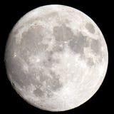 El primer de la luna en un cielo nocturno negro tiró a través de un telescopio Imagen de archivo