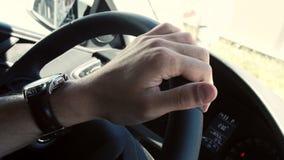 El primer de la mano en volante adentro un coche moderno almacen de video