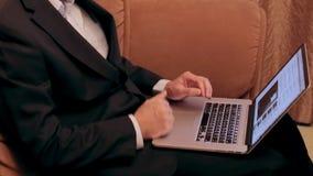 El primer de la mano masculina que muestra los pulgares sube la muestra almacen de metraje de vídeo