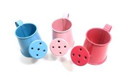 El primer de la mini regadera rosada, azul y roja para adorna encendido Fotos de archivo