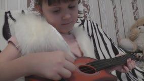 El primer de la muchacha hace demasiada guitarra almacen de video