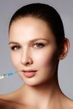 El primer de la mujer hermosa consigue la inyección en sus labios Labios llenos Imagenes de archivo