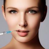 El primer de la mujer hermosa consigue la inyección en sus labios Labios llenos Fotos de archivo