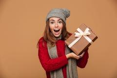 El primer de la mujer joven atractiva feliz en invierno viste holdi Imagen de archivo