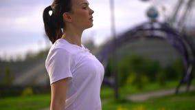 El primer de la mujer joven es cuerda de salto en el parque A cámara lenta almacen de metraje de vídeo