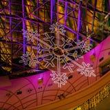 El primer de la Navidad tradicional o del Año Nuevo adornó los ornamentos de plata del copo de nieve Fondo brillante de la Navida Fotografía de archivo