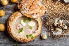 El primer de la sopa sirvió en pan con los huevos Imagenes de archivo