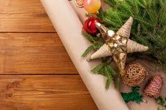 El primer de las decoraciones del árbol de navidad, se prepara para el fondo de las vacaciones de invierno Fotografía de archivo libre de regalías