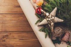 El primer de las decoraciones del árbol de navidad, se prepara para el fondo de las vacaciones de invierno Foto de archivo libre de regalías