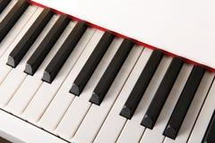 El primer de las llaves del piano cierra la visión frontal Foto de archivo