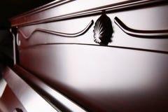 El primer de las llaves del piano cierra la visión frontal Imagen de archivo