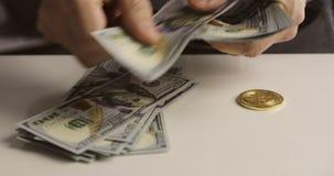 El primer de las manos de los hombres cuenta cientos billetes de dólar metrajes