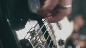 El primer de las manos masculinas oscila al músico que toca la guitarra eléctrica metrajes