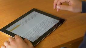 El primer de las manos masculinas usando la tableta y el ordenador digitales modernos en la oficina, opinión frontal el hombre de Foto de archivo libre de regalías