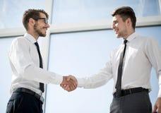 El primer de los hombres de negocios de la sacudida entrega un trato imagen de archivo
