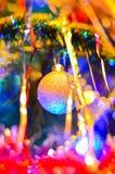 El primer de los juguetes multicolores de la Navidad bajo la forma de casa, búho, caballo en el árbol de navidad en los nuevo 201 imagen de archivo libre de regalías