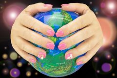 El primer de manos femeninas con el profesional manicured los clavos rosados h fotografía de archivo