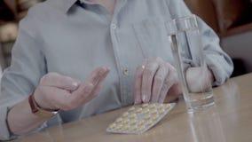 El primer de manos femeninas saca la píldora de la ampolla almacen de video