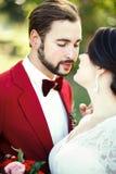 El primer de novia y del novio, antes del beso, al aire libre, dulzura, pasión Marsala del estilo de la boda, retrato vertical Fotografía de archivo libre de regalías