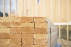 El primer de pilas de madera de construcción en una construcción se sienta Fotografía de archivo