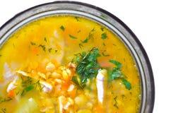 El primer de un cuenco de sopa de guisantes de la fractura con las hierbas y chiken Fotografía de archivo