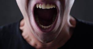El primer de un hombre enojado grita e insulta y amenaza con violencia pedazo 4K 10 metrajes