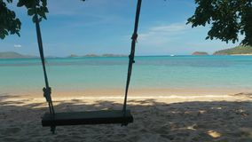 El primer de un oscilación de la cuerda cuelga en la palmera en una playa hermosa con agua blanca de la arena y de la turquesa Sa almacen de metraje de vídeo