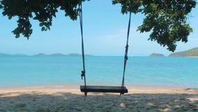 El primer de un oscilación de la cuerda cuelga en la palmera en una playa hermosa con agua blanca de la arena y de la turquesa Sa metrajes