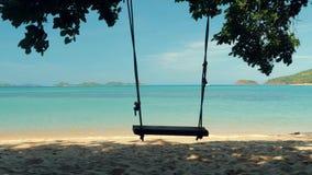 El primer de un oscilaci?n de la cuerda cuelga en la palmera en una playa hermosa con agua blanca de la arena y de la turquesa Sa metrajes