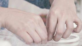 El primer de un par de tijeras cortó el hilo blanco Bola del hilado blanco almacen de video