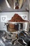 El primer de un portafilter llenó de café molido fresco bajo g Fotografía de archivo