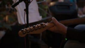 El primer de un ` s del hombre da tocar una guitarra metrajes