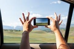 El primer de un turista joven en coche hace una foto imagen de archivo