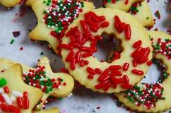 El primer de una galleta de azúcar en forma de anillo con rojo asperja fotos de archivo libres de regalías