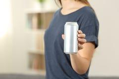 El primer de una mano de la mujer que lleva a cabo una bebida de la soda puede Imagenes de archivo