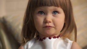 El primer de una niña expresa su desacuerdo almacen de metraje de vídeo