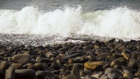 El primer de una onda cae a la orilla MES lento almacen de video