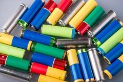 El primer de una pila de color utilizó las pilas AA alcalinas Reciclaje del concepto de las sustancias nocivas para la ecología Imagen de archivo