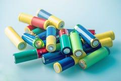 El primer de una pila de color utilizó las pilas AA alcalinas Reciclaje del concepto de las sustancias nocivas para la ecología Imágenes de archivo libres de regalías